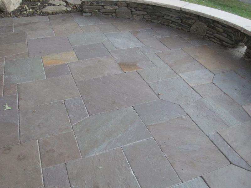 Retaining-wall-surrounding-flagstone